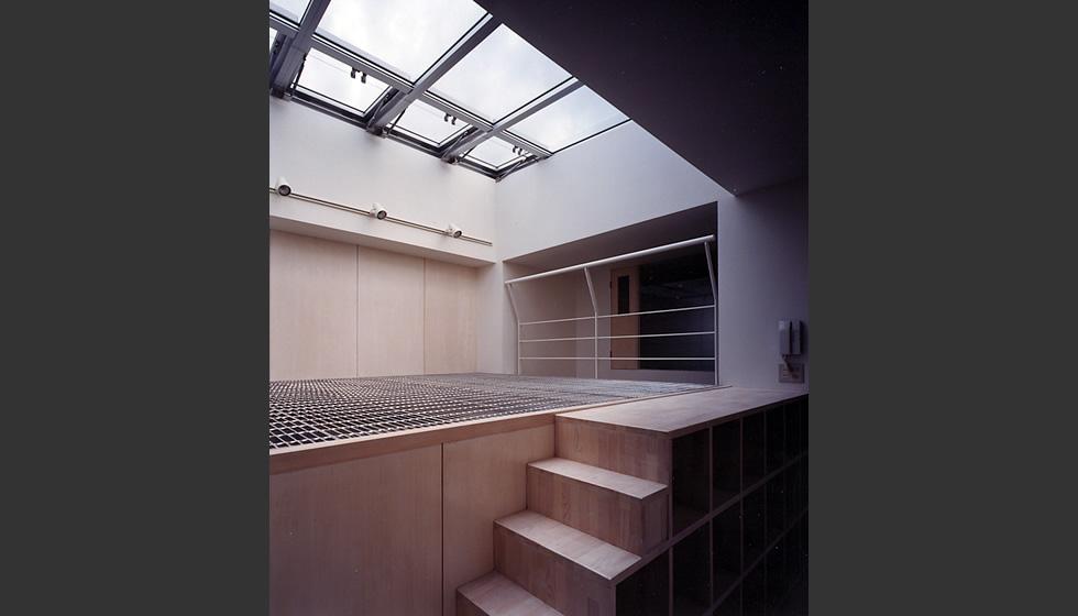 このトップライトからの光を中心にして、生活に使われるほとんどのスペース、子供部屋、寝室、 洗面スペース等の水廻り、1階から3階へめぐる階段が配置されています。