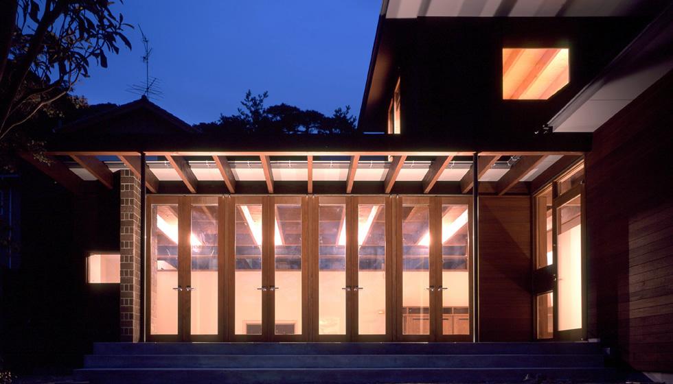 外壁はウリン材。 メンテナンスフリーで20〜30年の耐久性があります。