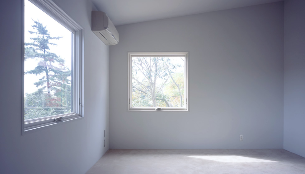 寝室のひとつ。 サッシはマービン製。 日本製ではできないサイズの突出し窓。 外部の見付も小さく、シャープな窓廻りを演出します。