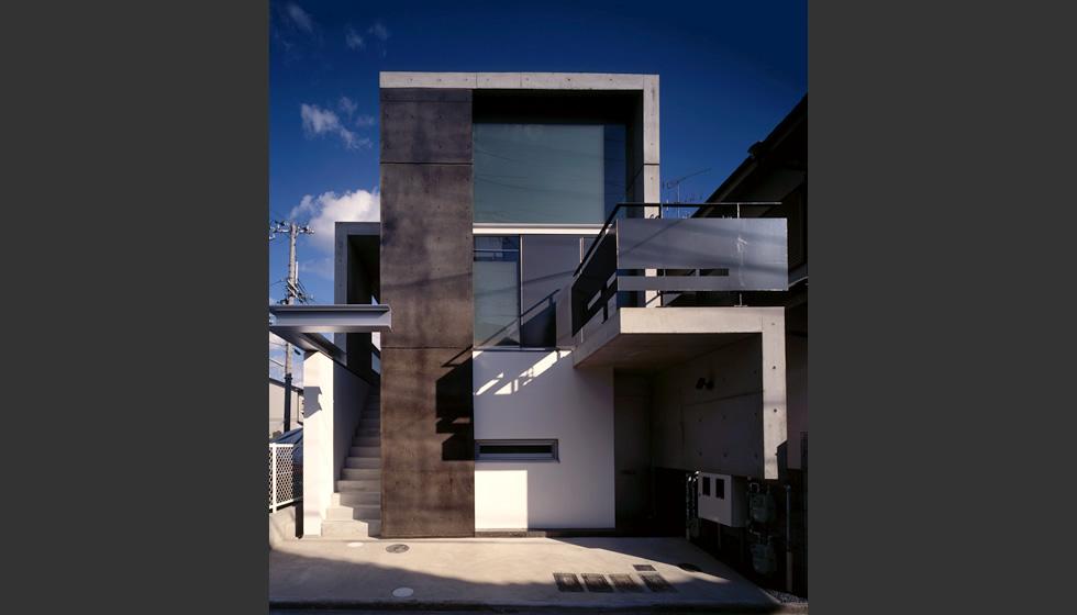 30坪の土地に4件の住宅がはいっている。 オーナー、そのお母さん、ワンルームマンションが2件。