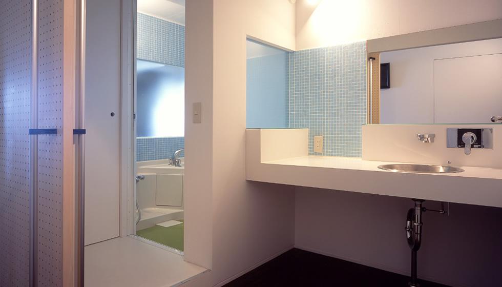 浴室はハーフユニットバスで制作し、リビングに向かって窓も設けています。昼でも明るい浴室です。