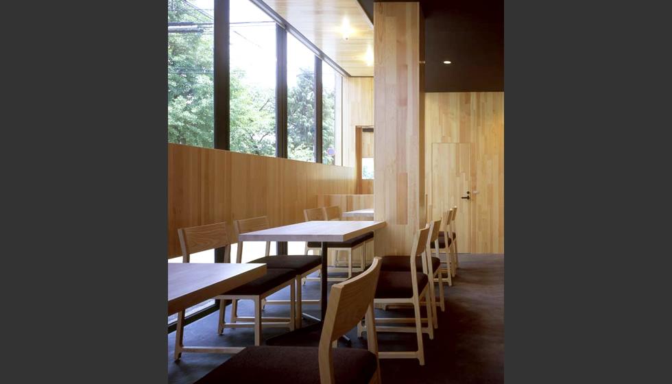 木のもつ素材感や暖か味がオーナーのやさしさと内側に秘めた情熱を あらわしているようにも思います。